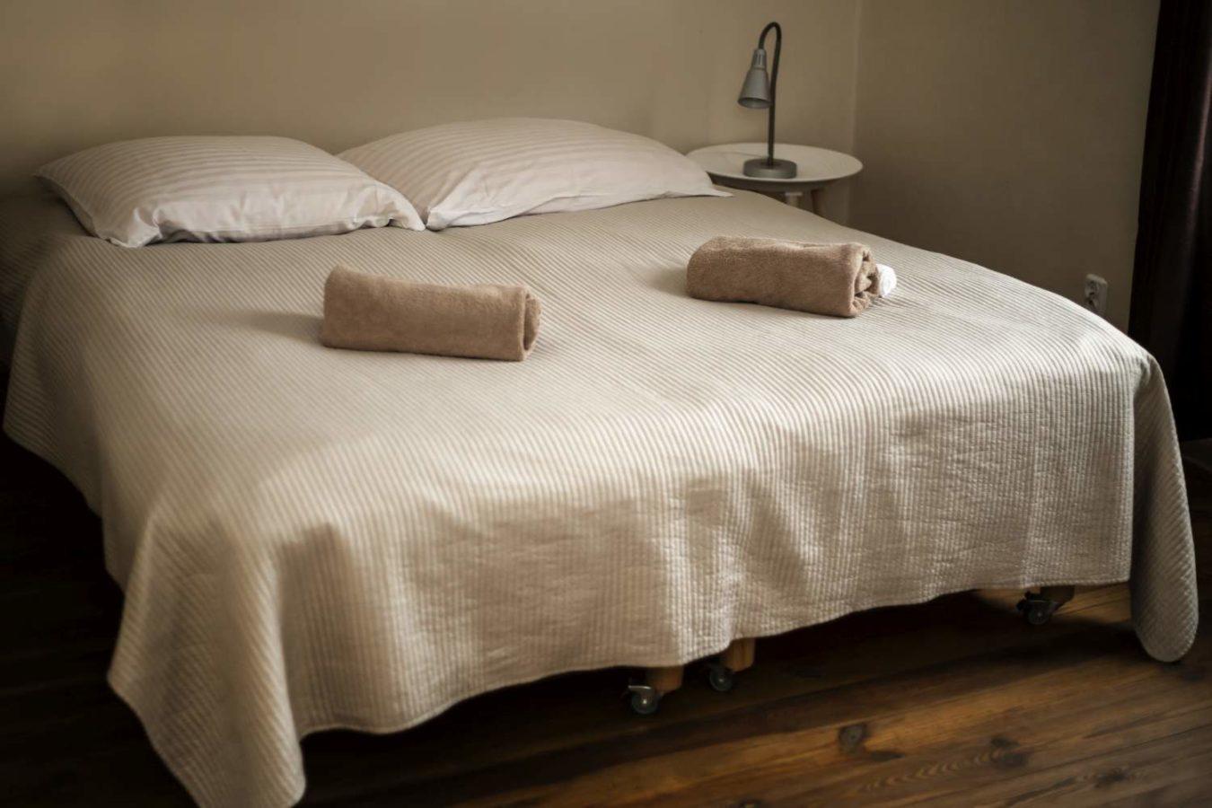 łóżko w hotelu huzar